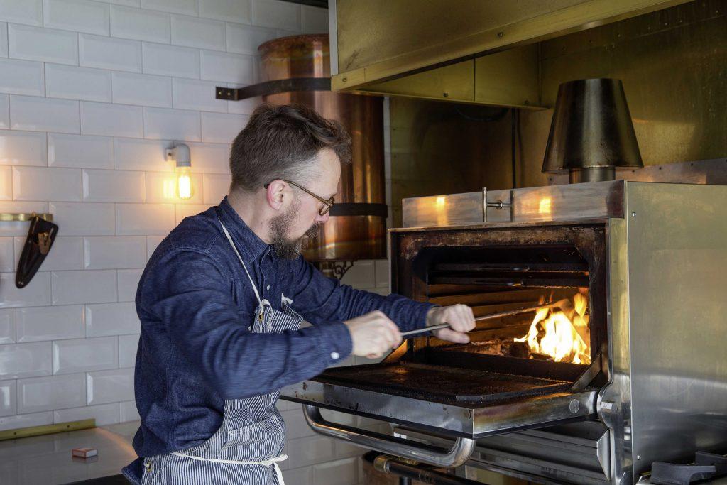 Ein 400 kg schwerer BBQ-Ofen aus Spanien ist das Herzstück des Aufbaus. Repos Spezialität sind verschiedene Burger-Kreationen.